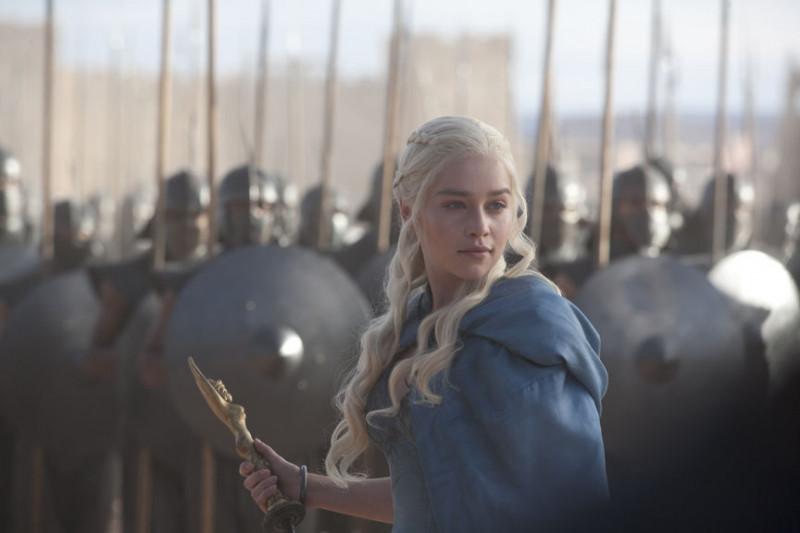 Emilia Clarke, în rolul Daenerys Targaryen din serialul HBO Urzeala Tronurilor