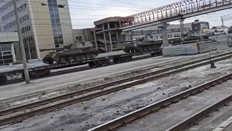 convoi cu tehnică grea a armatei ruse transportat pe calea ferată