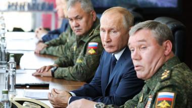 Ministrul rus al Apărării, Serghei Șoigu (s), președintele rus, Vladimir Putin (centru) și șeful Statului Major al armatei ruse, asistă la un exercițiu militar