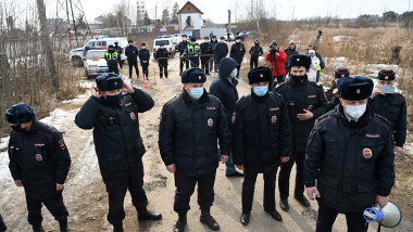 politisti masati pe drumul catre inchisoarea unde se afla alexei navalnii