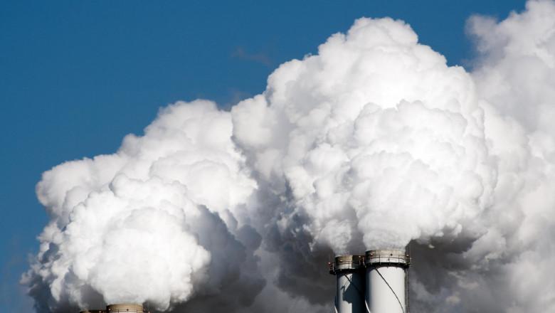 Poluare atmosferică produsă de fumul de la coşurile unei fabricii