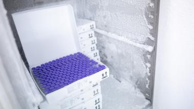 Doze de vaccin Pfizer scoase din frigider
