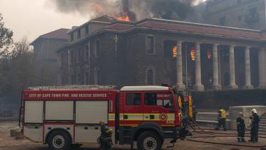 Incendiu de proporții în Cape Town