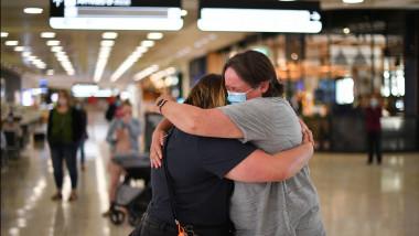 O mamă și fiica ei se îmbrățișează pe aeroportul din Sydney. Foto: Profimedia Images