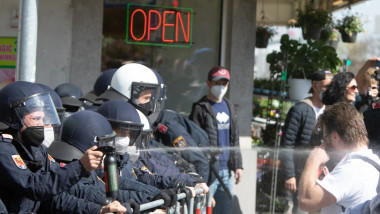 politistii folosesc spray iritant direct către ochii unui protestatar