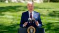 Președintele SUA, Joe Biden, vorbește de la tribună pe peluza din fața Casei Albe