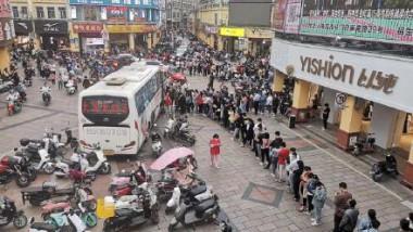 oameni la coada pentru a dona sange in china, in urma atacului armat