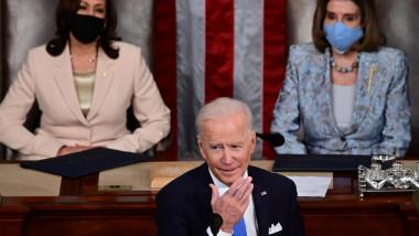 vicepreşedinta Kamala Harris şi preşedinta Camerei Reprezentanţilor, Nancy Pelosi, in spatele lui Joe Biden în Congres