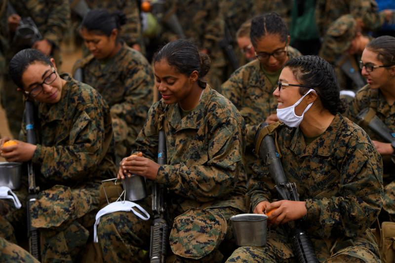Femei-soldat în cadrul programului de instrucție pentru a deveni membre în US Marines - Infanteria Marină a sUA