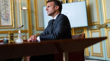 Emmanuel Macron la birou în timpul Summitului pentru climă.