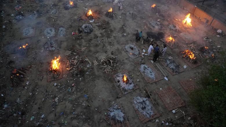 vedere aeriana cu o masa de cadavre infectate cu COVID incinerate.