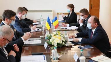 Ministrul român de Externe, Bogdan Aurescu (d) la întrevederea cu ministrul ucrainean de Externe, Dmytro Kuleba