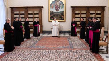 papa Francisc alături de cardinali ai Vaticanului