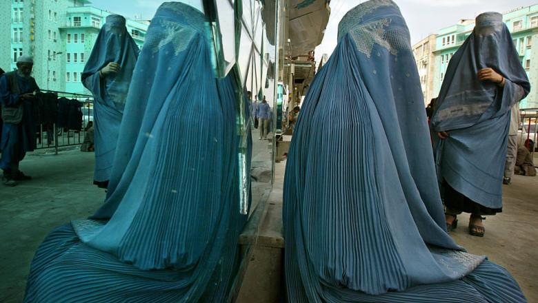 Femeie cu burka pe o stradă în Kabul, Afganistan