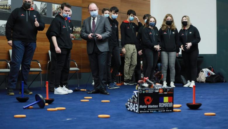 bogdan aurescu si echipa de robotica
