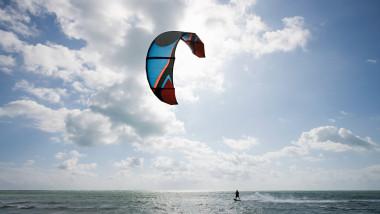 Un tânăr face kitesurf