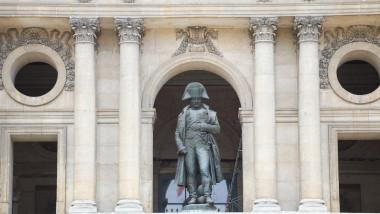 Statuie care-l reprezintă pe Napoleon Bonaparte, în balconul de la de la Domul Invalizilor, Paris