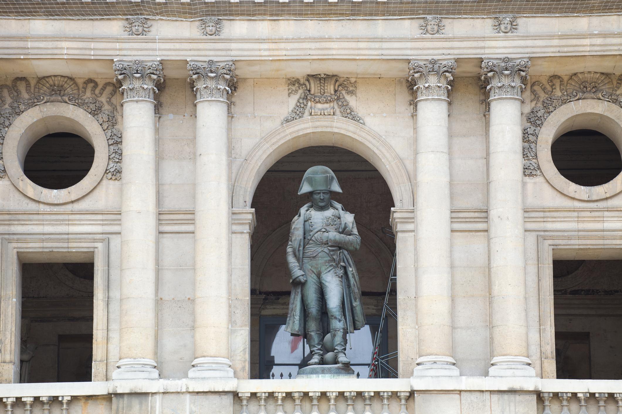 """FOTO. Un schelet de plastic montat deasupra mormantului lui Napoleon provoaca controverse: """"Grotesc şi şocant!"""""""