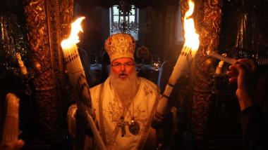 Lumina Sfântă s-a aprins la Sfântul Mormânt din Ierusalim,iar patriarhul se pregateste sa o imparta credinciosilor