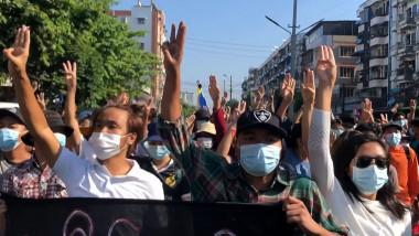 protestatari în Myanmar împotriva juntei militare
