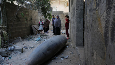 palestinieni se uita la o bomba neexplodata