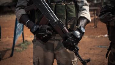 Rusia donează mii de arme guvernului Republicii Centrafricane. Ce câştigă Vladimir Putin din această afacere