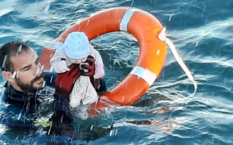 garda civila salveaza un bebelus din ape la ceuta - guardia civil via bbc