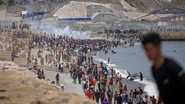 Spania încearcă să disperseze miile de migranți care au intrat în exclava spaniolă Ceuta.