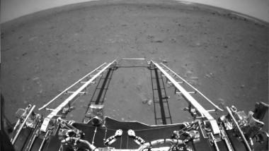 imagine alb negru de pe marte, cu parte din componetele roverului zhu rong