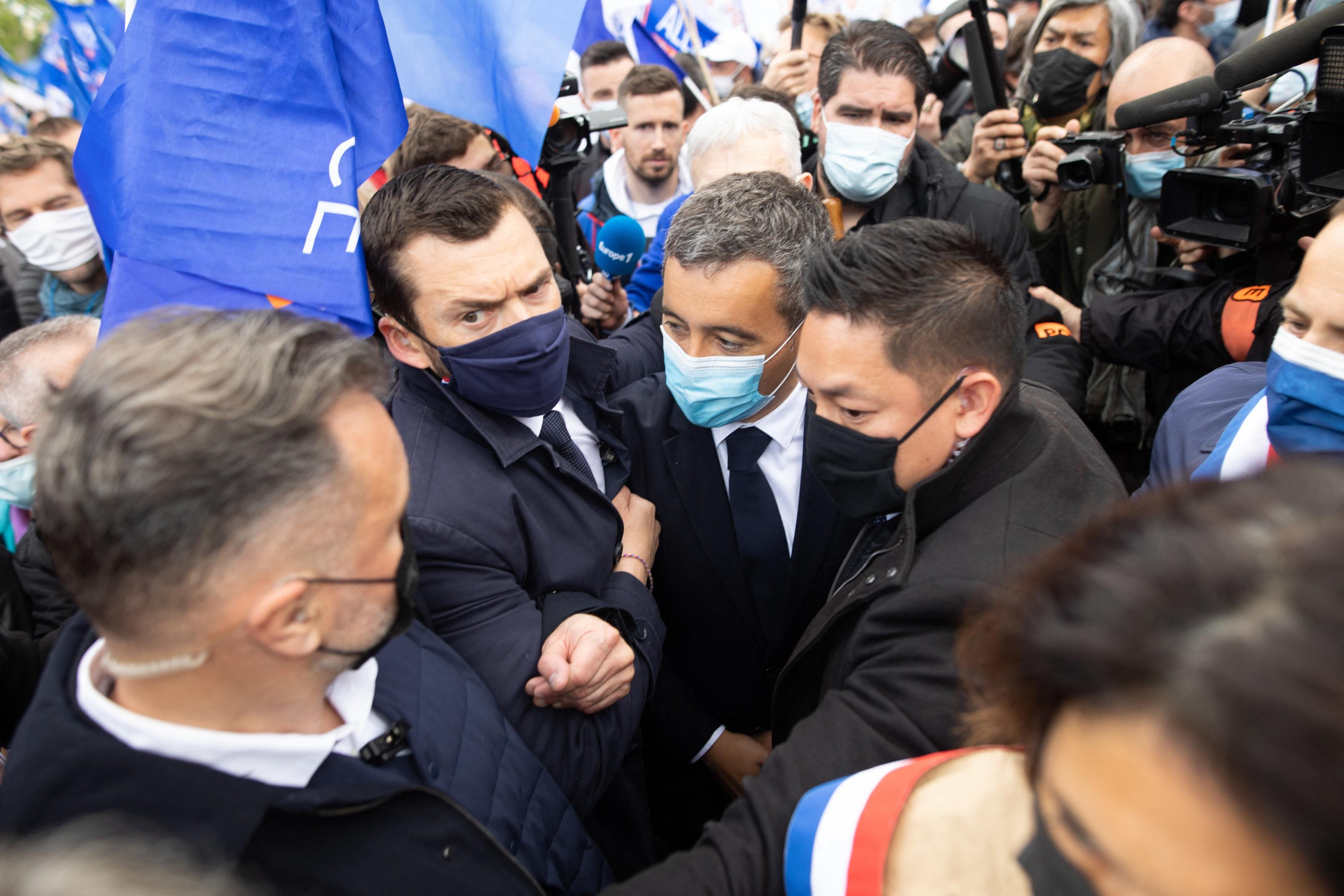 Protest al politistilor in Franta. Sondajele spun ca acestia voteaza pentru Marine Le Pen, Macron incearca sa le castige simpatia