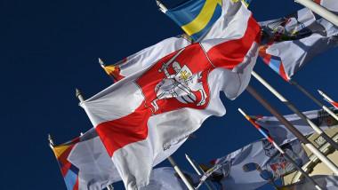 steagul opozitiei belaruse arborat la riga
