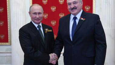 strângere de mână între Vladimir Putin și Aleksandr Lukașenko în timpul unei ceremonii de sărbătorire a victoriei în Al Doilea Război Mondial