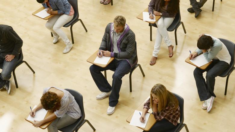 elevi sustinand un examen