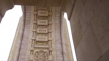 numele budapestei trecut pe arcada interioara a arcului de triumf din bucuresti