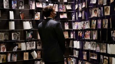 Emmanuel Macron privește fotografii ale victimelor masacrului din Rwanda
