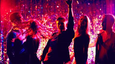 tineri care danseaza intr-un club