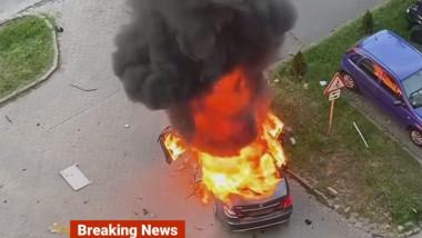 Mașină în flăcări după explozie.