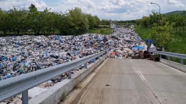 Deșeuri aruncate în grămadă lângă o stradă
