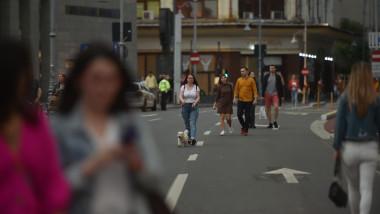 oameni care se plimba pe calea victoriei bucuresti