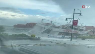 un iaht se clatina in timpul unei furtuni violente in turcia