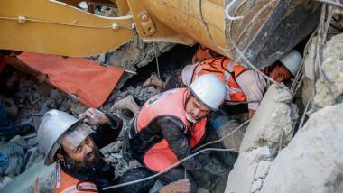 Echipele de salvare au găsit zece supraviețuitori și alți cinci morți sub dărâmăturile unui tunel din Fâșia Gaza