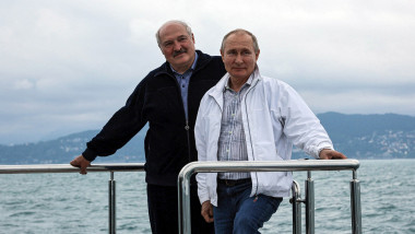 Vladimir Putin și Aleksandr Lukașenko pozeaza pe un iaht