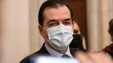 ludovic orban cu masca vorbeste cu jurnalistii