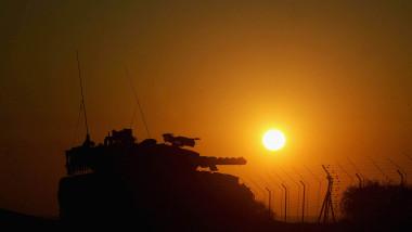 forma unui tanc se vede la apusul soarelui