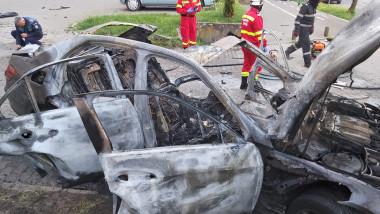 Mașina arsă în totalitate după explozie.