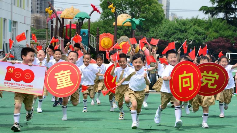 copii chinezi care se joaca