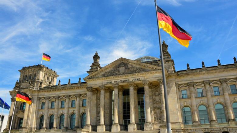 steagul germaniei si cladirea parlamentului din berlin