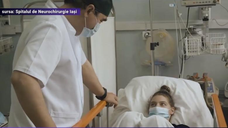 tanara in patul de spital vorbeste cu doctorul