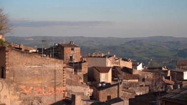 Adevărul din spatele caselor vândute cu 1 euro în Italia