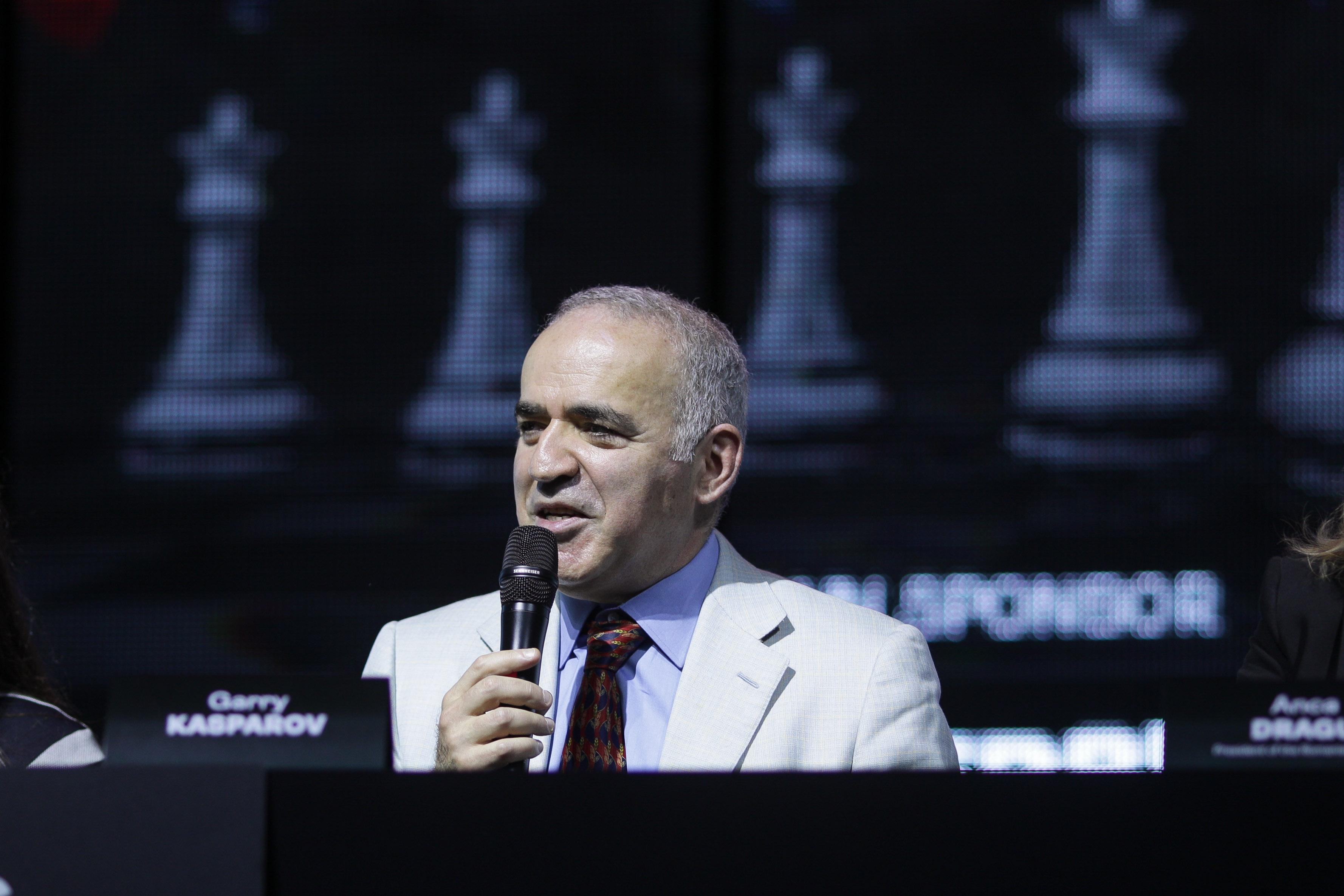 Marele maestru Garry Kasparov il critica pe Putin la Bucuresti: E un dictator, sper sa fie judecat